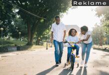 Mor og far hjælper datter med at cykle